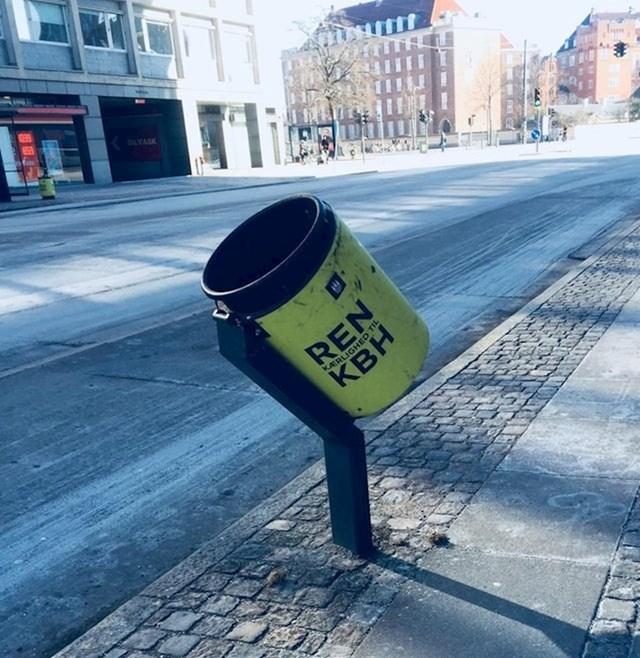Neke kante za smeće u Kopenhagenu namještene su tako da i biciklistima bude lakše baciti smeće.