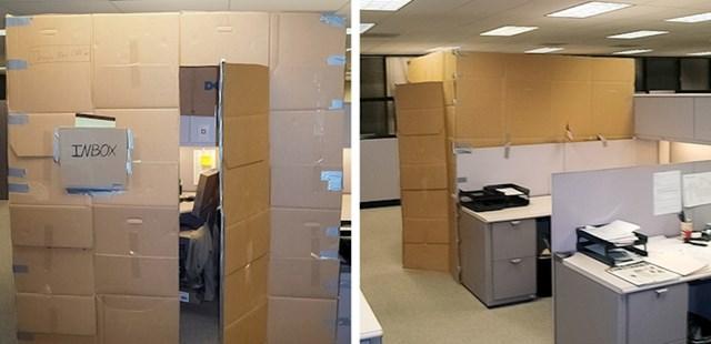 I ovdje je netko napravio nešto slično. Od kartona su napravili zidove koji razdvajaju radne stolove. :)