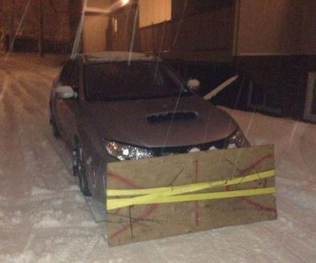 Čovjek je svoj auto pretvorio u ralice pa čistio kvart.