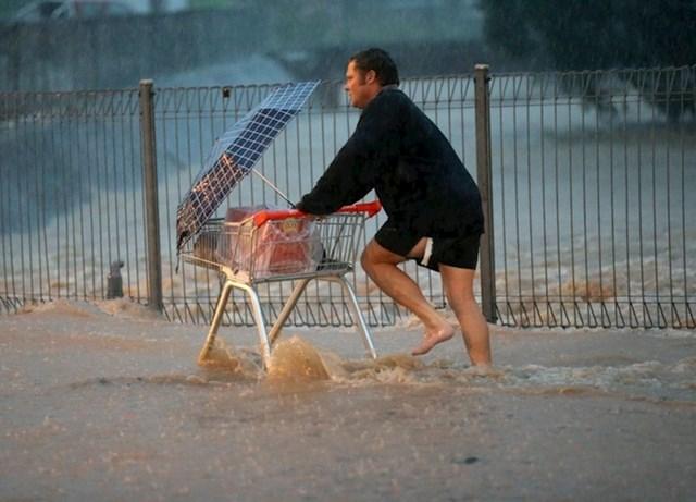 Australac je tijekom poplava išao u shopping kako bi kupio potrebne namirnice.