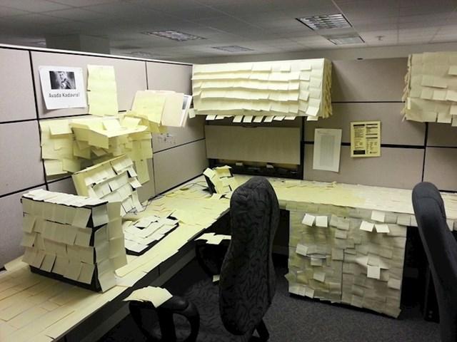 """""""Naš prijatelj iz ureda je otišao na godišnji odmor pa smo mu pripremili malo iznenađenje..."""""""