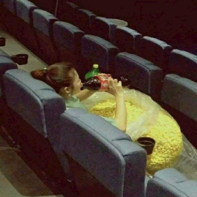 U kinu uvijek prebrzo pojede kokice. Ovaj put je došla dobro pripremljena.