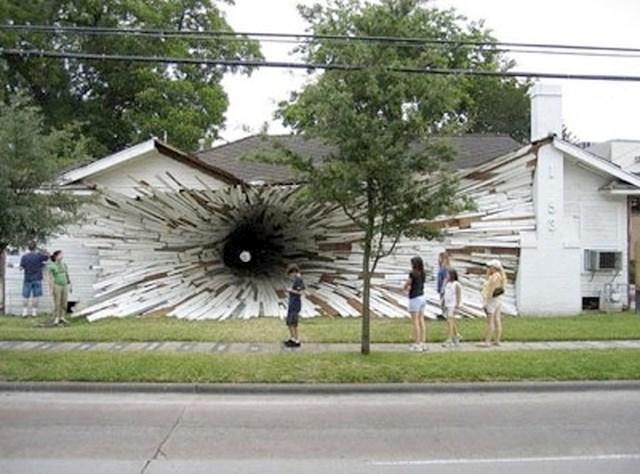 Kuća koja izgleda kao da je guta crna rupa...