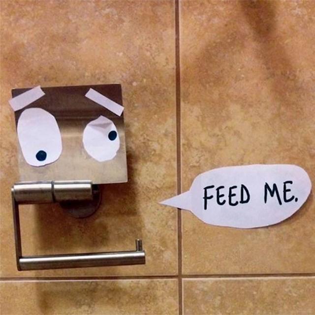U kupaonici je nestalo WC papira pa je tata zalijepio ovo...