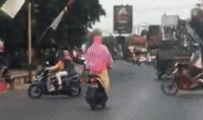 Vozač je snimio ženu na skuteru koja je vrlo elegantno izvela nešto pri čemu bi mnogi nastradali