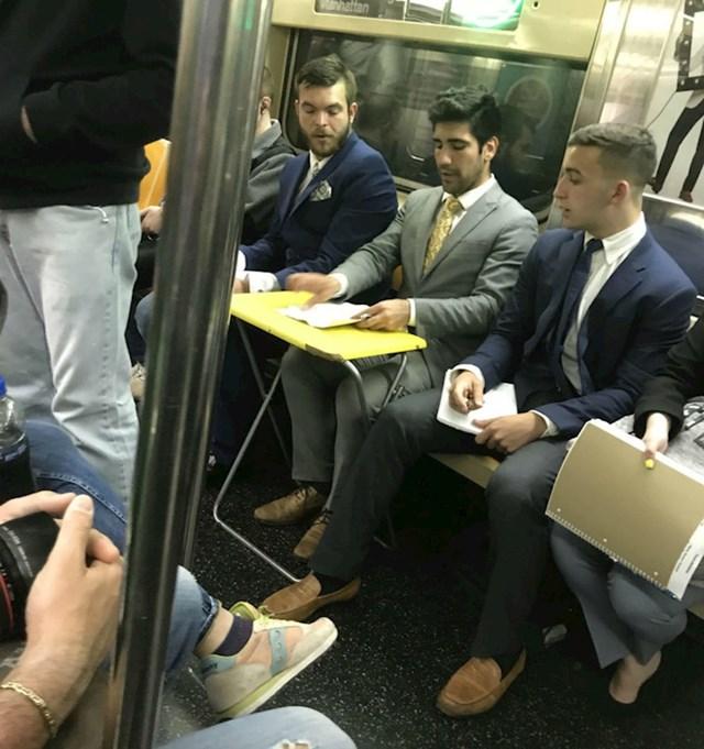 Sjedalo u podzemnoj željeznici pretvorio je u radno mjesto. Ponio je i svoj rasklopni stolić.