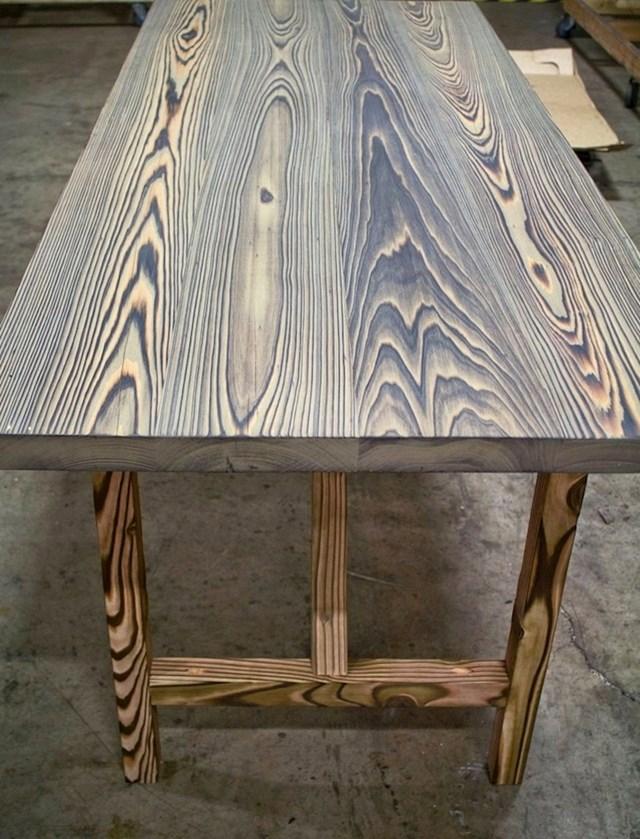 Drveni stol koji su nakratko zapalili kako bi dobili prirodni ukras, bez ikakvih dodataka.