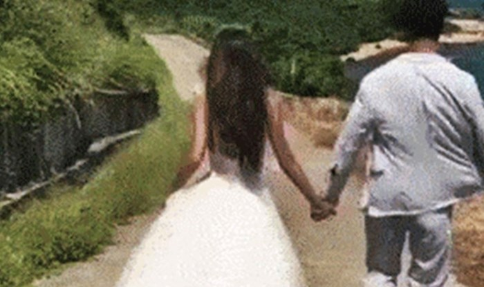 """Pogledajte kako su """"žrtvovali"""" fotografa za slikanje savršene fotke nakon vjenčanja"""