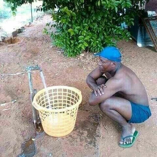 Čekao je da se kanta napuni vodom...