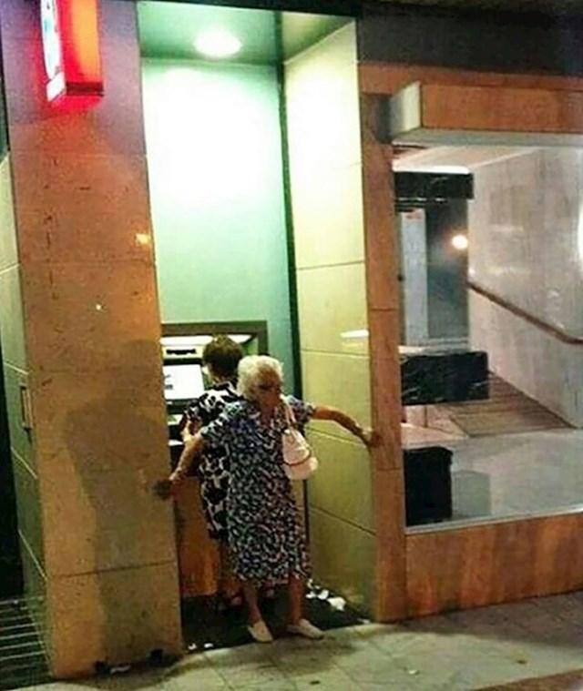 """""""Moja baka čuva leđa prijateljici dok podiže novac s bankomata."""""""