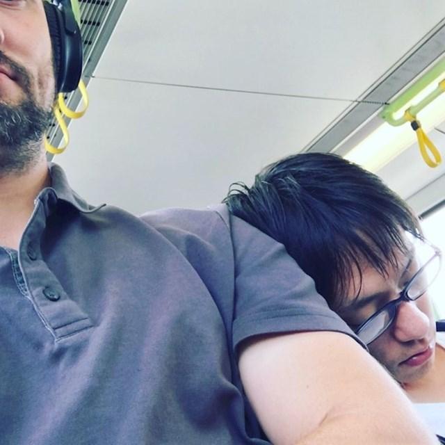 """""""Vraćao sam se s posla, ovaj umorni lik je zaspao na mom ramenu. Pustio sam ga da spava."""""""