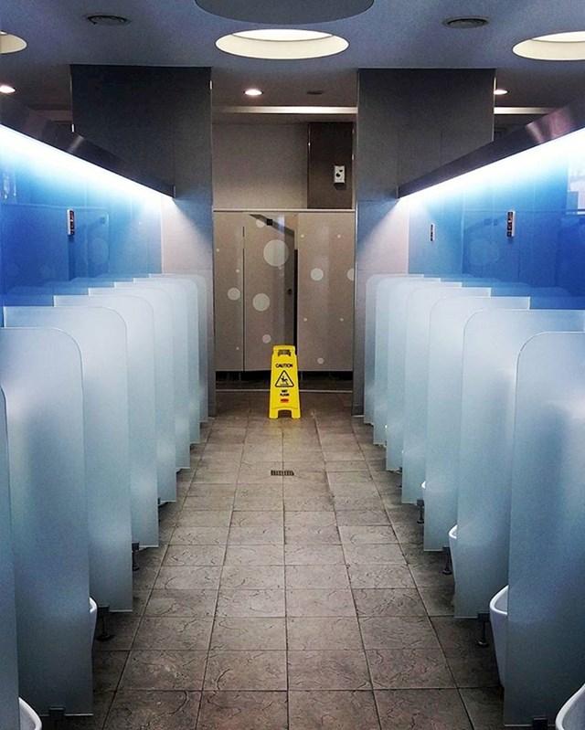 U Južnoj Koreji u muškom WC-u nema gledanja!