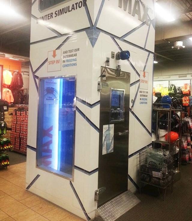 Ova trgovina ima kabinu sa zimskim uvjetima u kojoj možete isprobavati topliju odjeću.