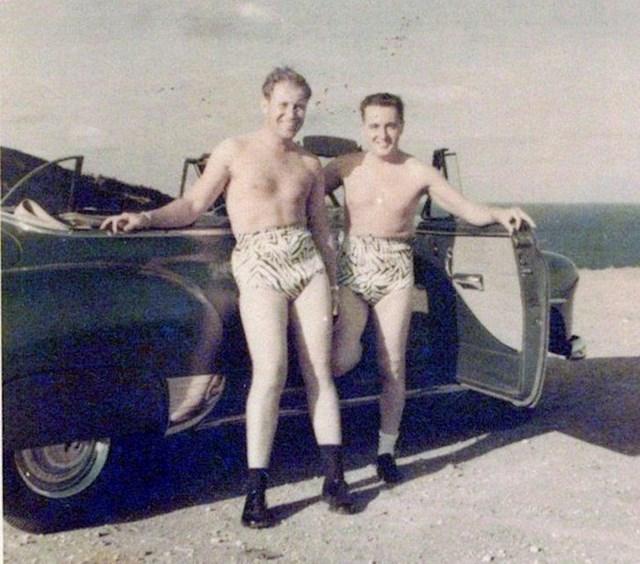 """""""Moj djed i njegov prijatelj zajedno su se slikali na plaži na Havajima. Imali su iste kupaće gaće. Danas bi ih ljudi vjerojatno čudno gledali."""""""