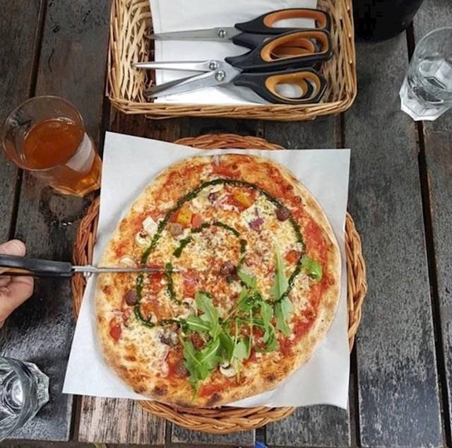 U Švedskoj vam u nekim restoranima / pizzerijama ne izrežu pizzu, umjesto toga dobijete škare kojima je možete sami izrezati.