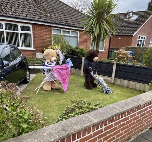 """""""Neki ljudi koji žive u našoj blizini svaki dan postavljaju plišane medvjede u dvorište. Svaki dan se bave nečim drugim..."""""""
