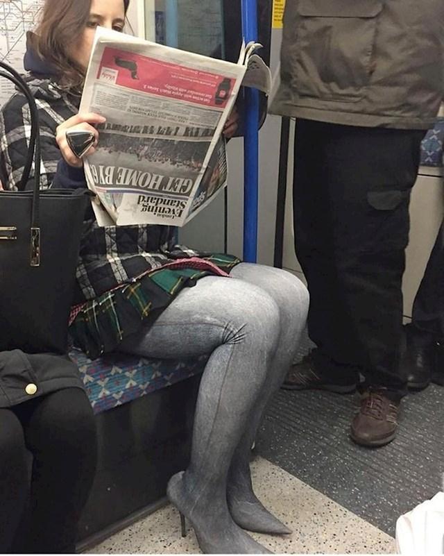 Nosi čudne hlače-štikle i drži novine naopačke... Ok.