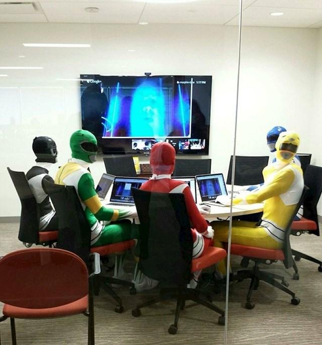 Ovi likovi su imali važan poslovni sastanak pa su se prikladno obukli kako bi donijeli važnu odluku.