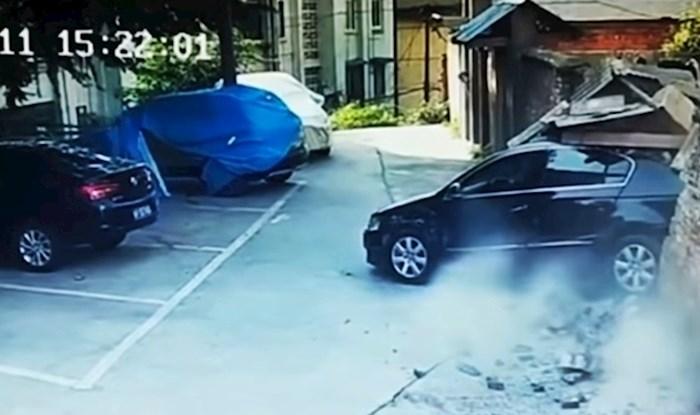 Kamere su snimile smiješne scene s vozačima koji imaju velikih problema s parkiranjem
