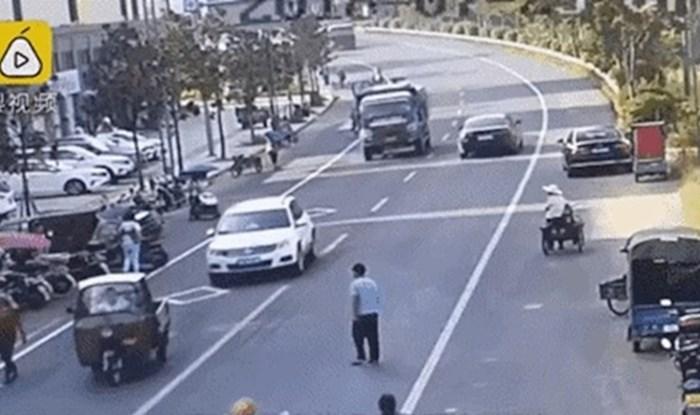 Neshvatljiva snimka pješaka koji je i u najopasnijem trenutku ostao skroz miran