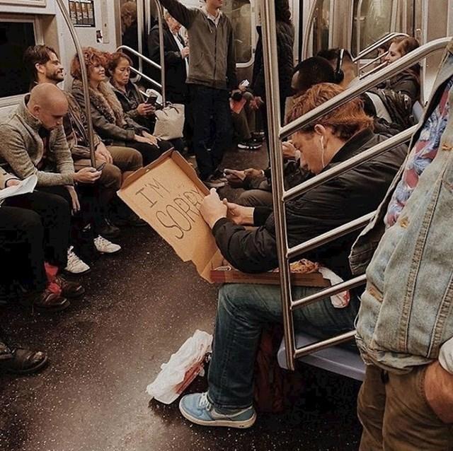 """Netko je slikao mladića koji je držao kutiju s pizzom i s unutarnje strane pisao """"ŽAO MI JE"""". Zanima li i vas što se dogodilo?"""