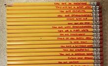 Mama je sinu napisala kratke poruke na olovkama, javnost je oduševljena njenom idejom