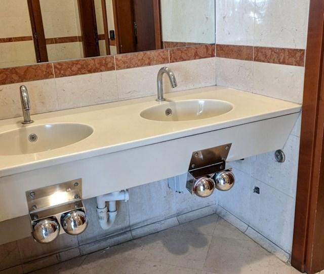 Ovaj javni WC ima slavine koje se aktiviraju koljenima. Na taj način nitko ne mora dirati mjesta koja su drugi ljudi možda dirali prljavim rukama.