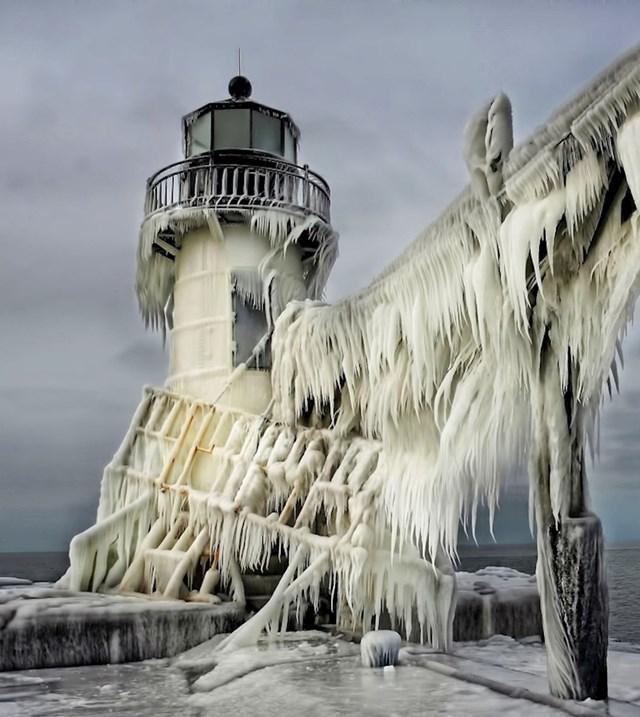 """""""Ovaj svjetionik zbog leda izgleda kao dvorac iz Igre prijestolja."""""""