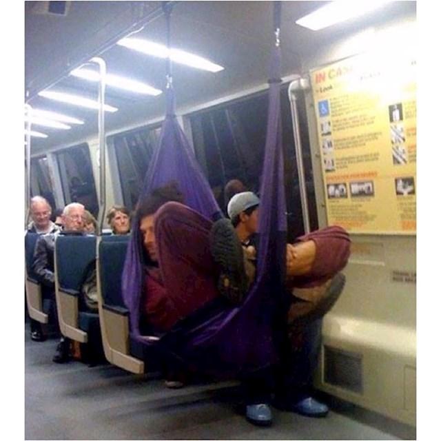 Ovaj čovjek uvijek ima svoje mjesto u metrou.