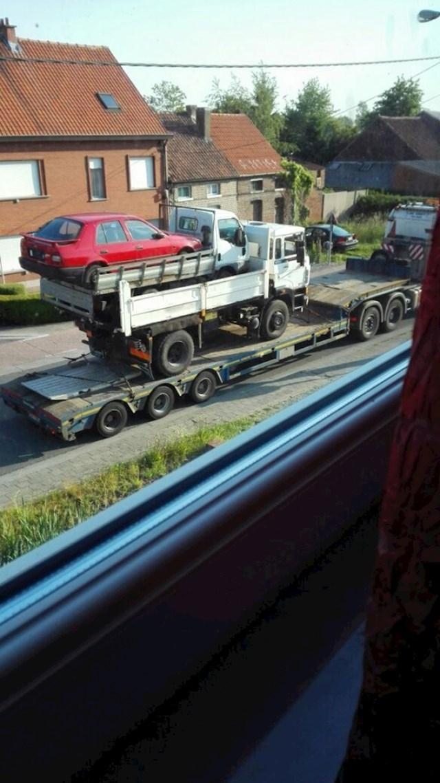 Ovaj prizor izgleda kao da se neko divovsko dijete igralo s autićima i kamiončićima...