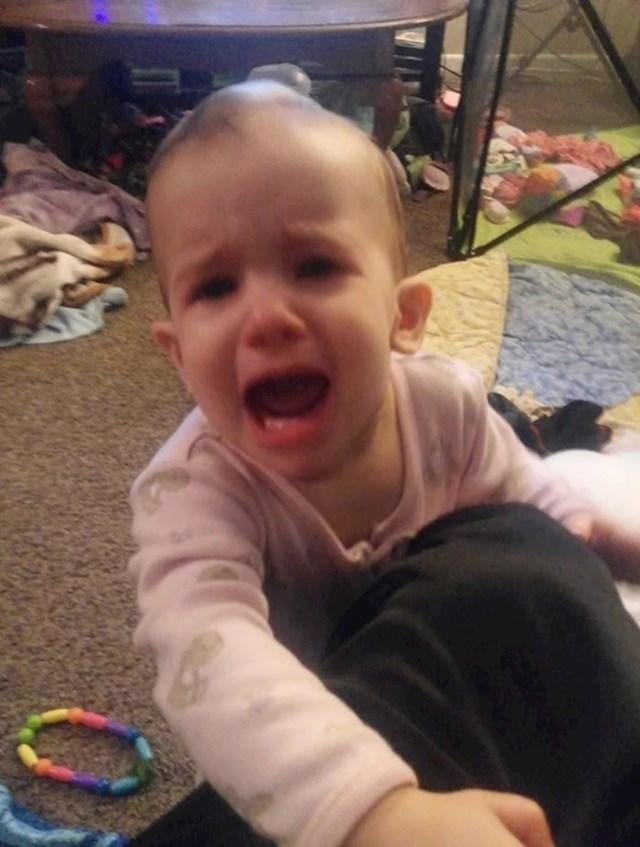 """""""Nisam joj dala da grize bateriju koju je našla na podu pa se rasplakala i naljutila na mene."""""""