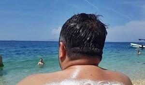 """Žena je muža """"zaštitila od jakog sunca"""", nije imao pojma što mu piše na leđima"""
