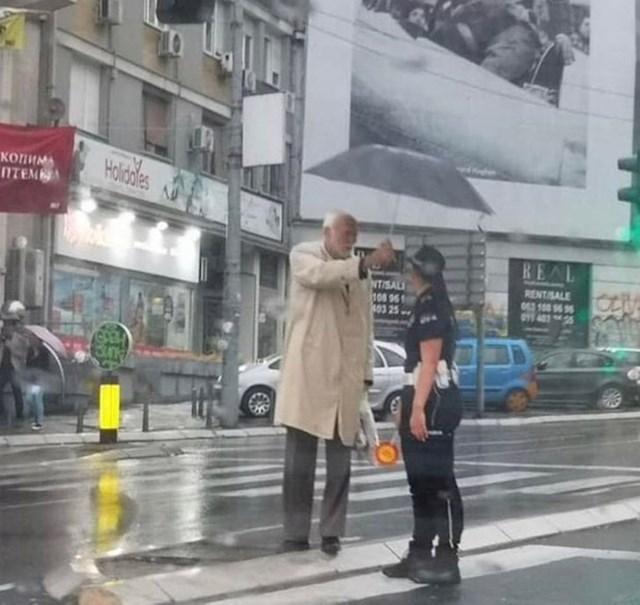"""""""Ovaj stariji muškarac iz Srbije nije htio da mlada policajka pokisne."""""""