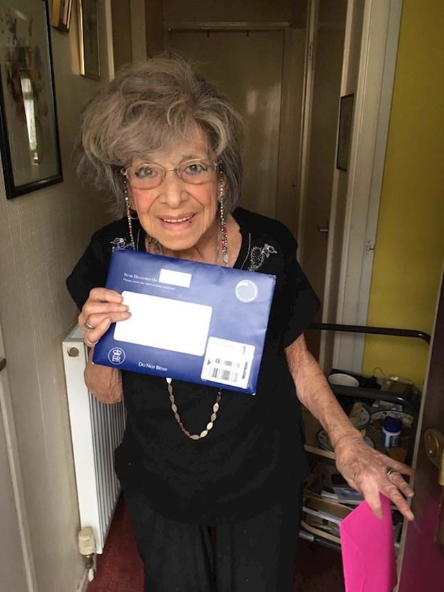 """Ova """"mlada dama"""" je od kraljice dobila telegram s čestitkom za njen 100. rođendan. Zamolila je poštara da je slika."""