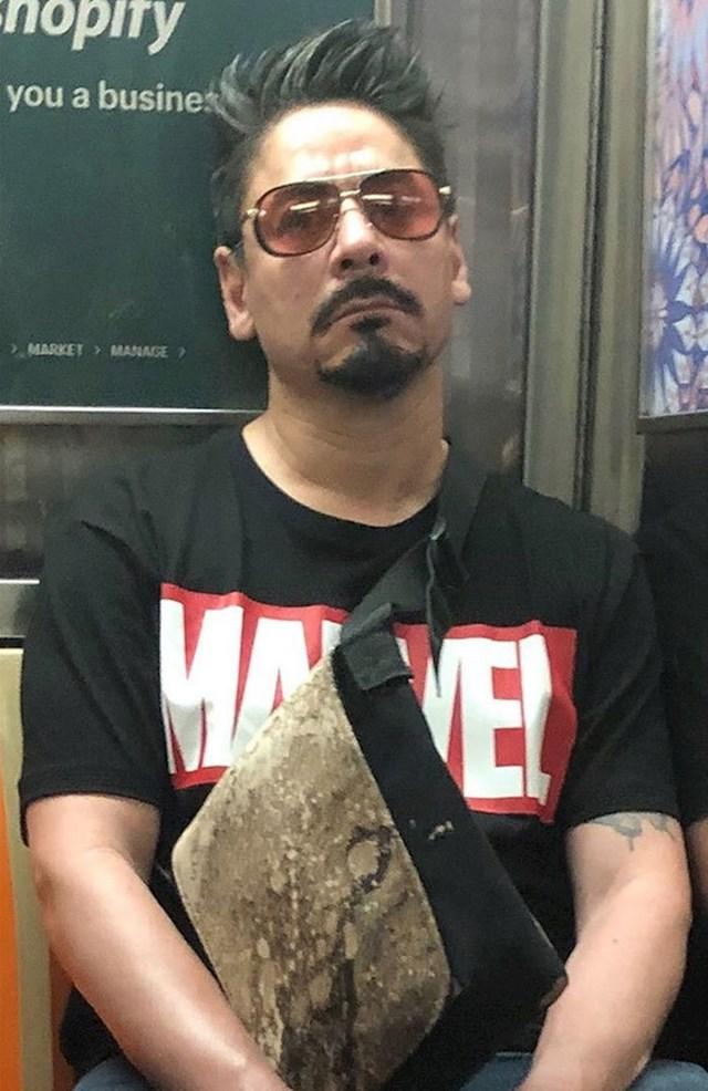 U javnom prijevozu nekad možete naići na poznate osobe. Netko je slikao Roberta Downeya Jr. u podzemnoj željeznici.