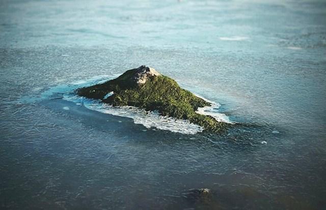 Ovaj kamen u zaleđenoj lokvi izgleda kao otok slikan iz zrakoplova.