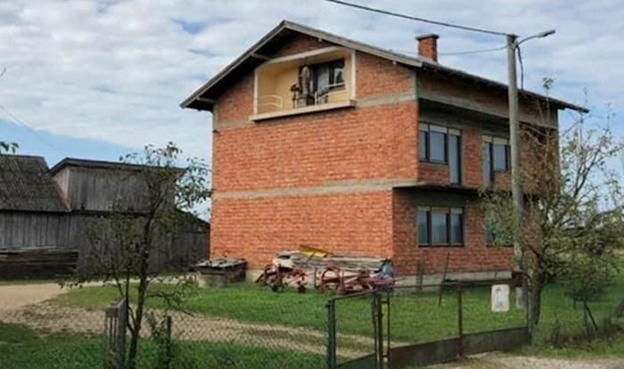 Dok je hodao kroz selo, ugledao je čudan prizor: Pogledajte koga vlasnik ove kuće drži na lođi