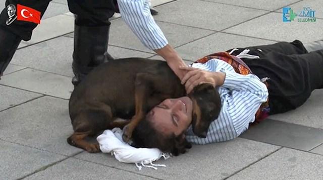 """""""Bio sam sretan kad sam osjetio poljupce ovog psa. To me dirnulo. Bio je kao anđeo koji je došao kako bi mi pomogao. To je za mene bio zaista emotivan trenutak i ovako nešto nisam očekivao."""""""