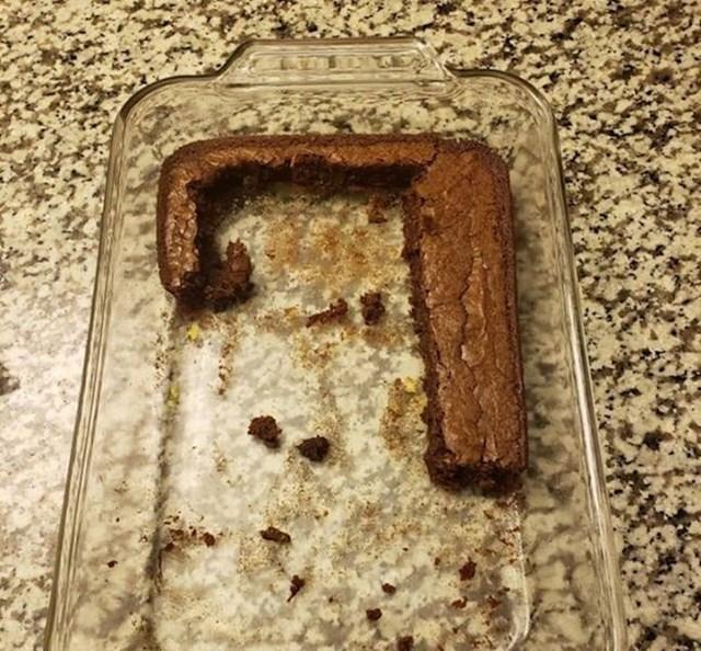 """""""Cimer i njegova cura pojeli su moj kolač."""""""
