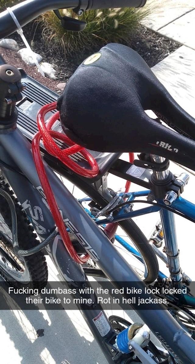 Netko je zaključavao svoj bicikl, no slučajno je zaključao i tuđi...