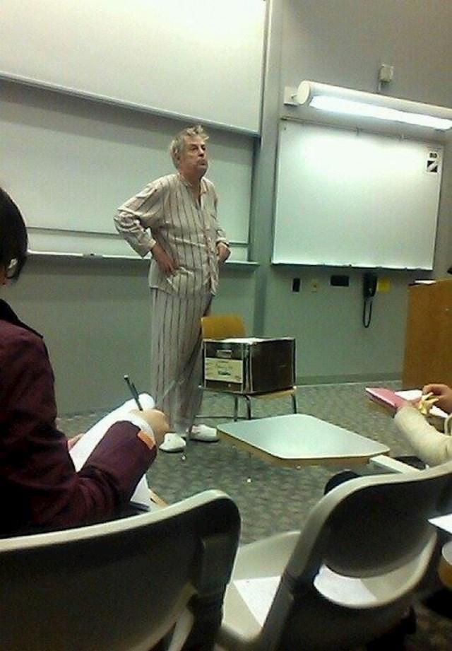 Profesor je kasnio na predavanje, pogledajte u čemu je došao. :)