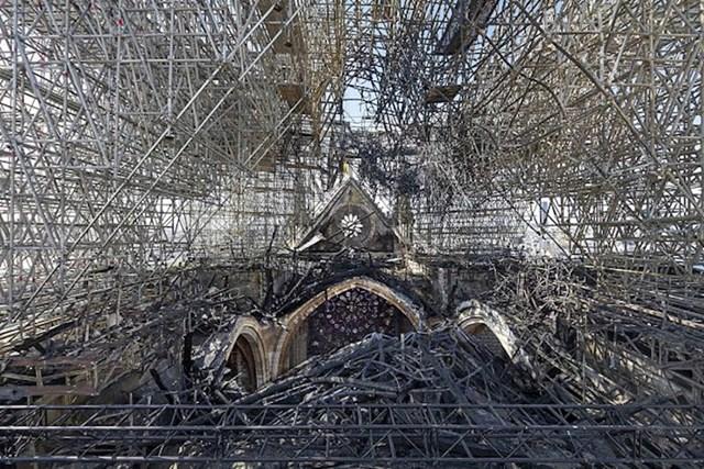 Ovako trenutno izgleda krov katedrale Notre-Dame u Parizu.