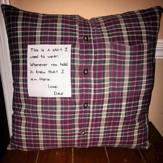 """Tata je djetetu poklonio poseban jastuk: """"Ovo je košulja koju sam nekad nosio. Kad god je držiš, znaj da sam tu. Voli te tata"""""""