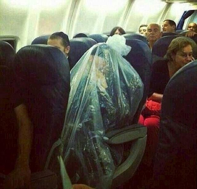 Putnik je tijekom leta ušao u plastičnu vreću.