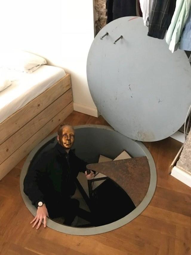 """""""Glavna spavaća soba u našem Airbnb stanu imala je saunu / atomsko sklonište, unutra sam našao zlatnu masku."""""""
