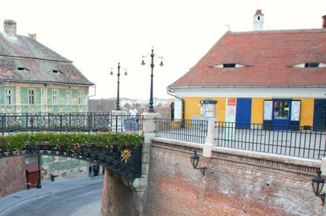 Ove kuće vas sumnjivo promatraju, primjećujete li zanimljivi detalj?