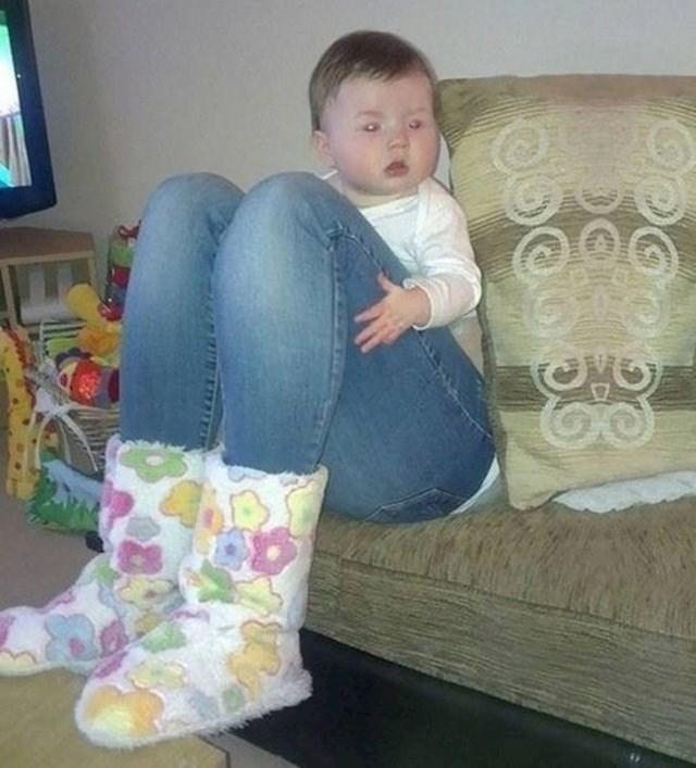 Beba s ogromnim nogama