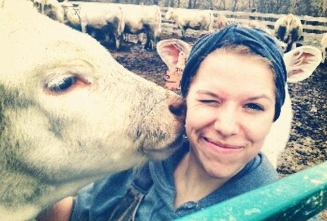 """""""Slikao sam svoju ženu na farmi, tek smo kasnije primijetili zanimljiv detalj. Na fotki je izgledalo kao da ima kravlje uši."""""""