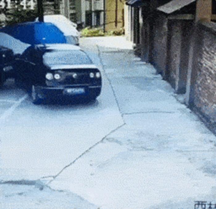 Je li ovo najgore parkiranje ikad? Pogledajte kakav je cirkus snimila nadzorna kamera