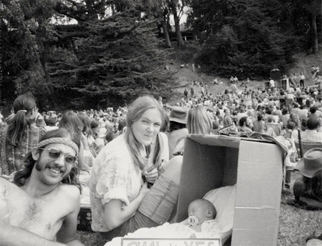 """""""Ovaj skup je održan 1972. godine, ljudi su se zalagali za legalizaciju marihuane. Ja sam ova beba u kartonskoj kutiji."""""""